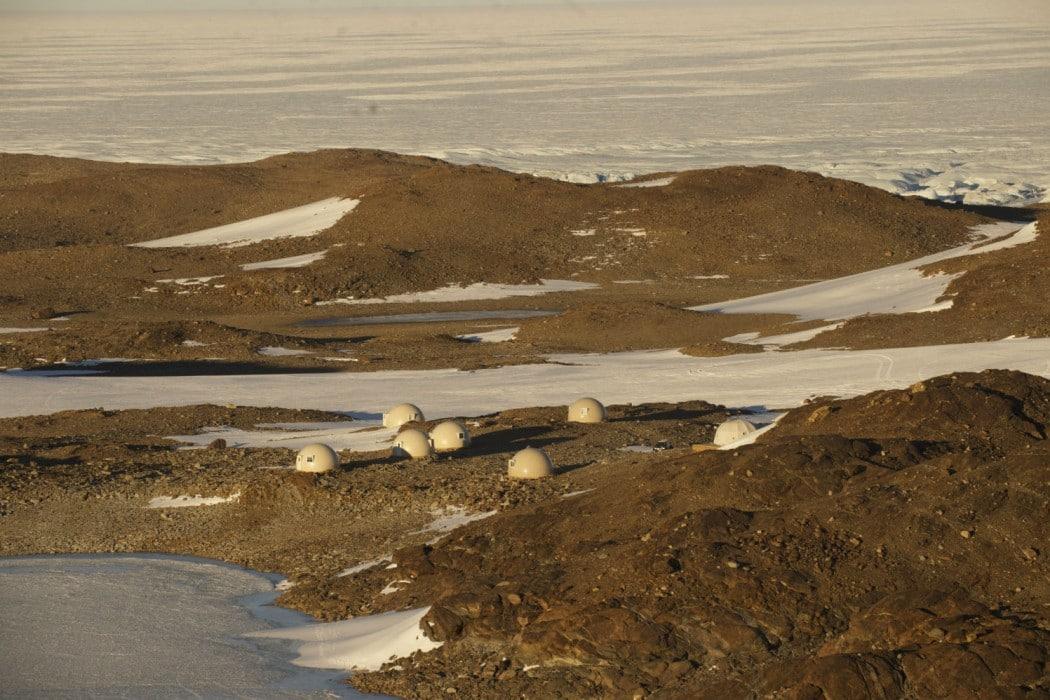 Mon Plus Beau Voyage - White Desert camp on the edge of the frozen lake