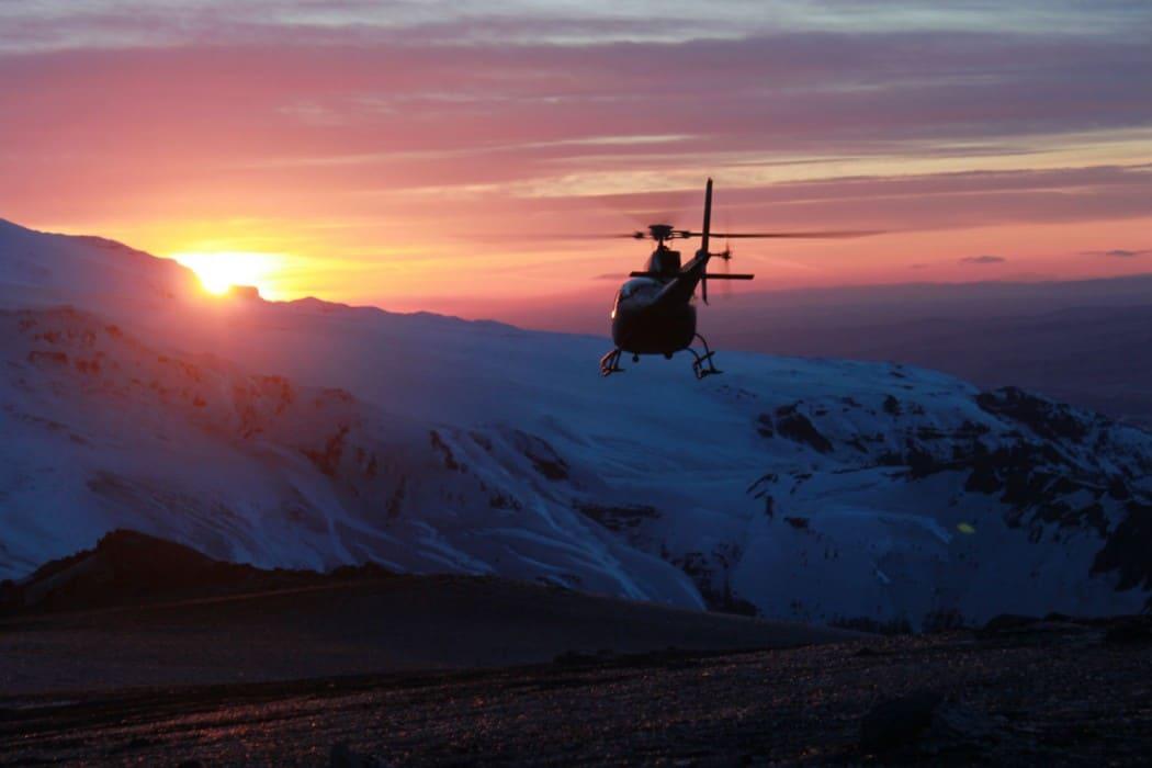 circuit-de-luxe-en-islande-mon-plus-beau-voyage-helicopter-midnight-sus