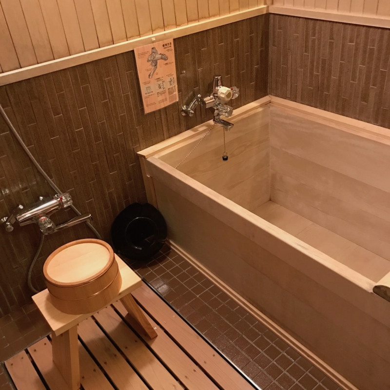 Salle de bain du ryokan Yoshikawa.
