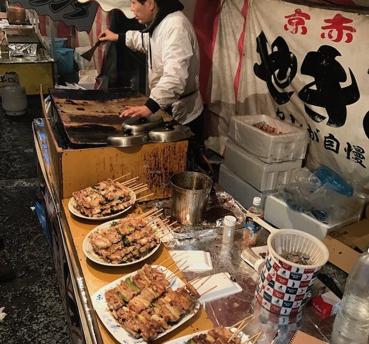 Goûter aux plats japonais.