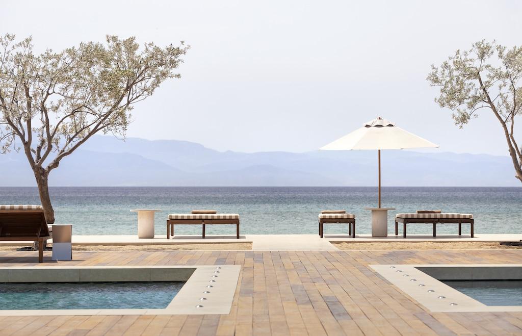 Plage et piscine de l'Amanzoe en Grèce.