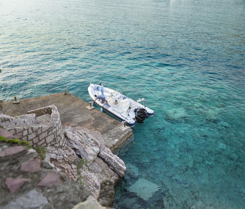 Transfert en bateau au Aman Sveti Stefan au Montenegro.
