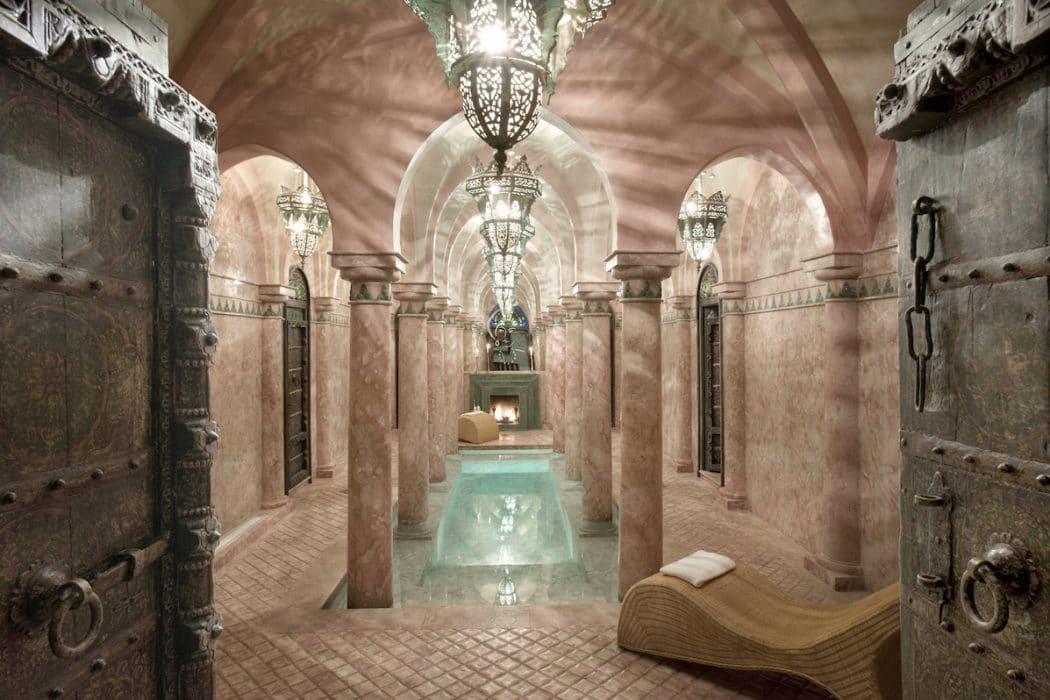La Sultana possède une piscine et un spa.